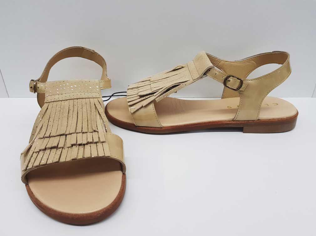 sandalias de niña con flecos beige