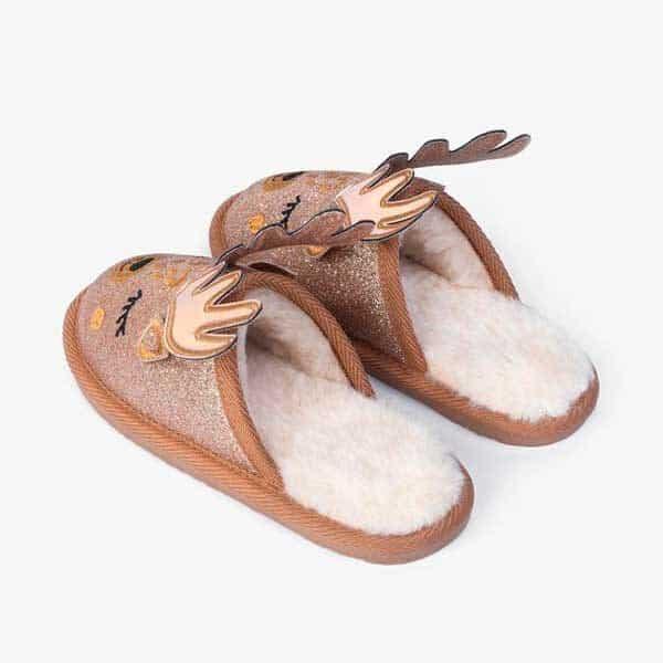 Zapatillas de casa de reno con cuernos y carita. De la marca Conguitos